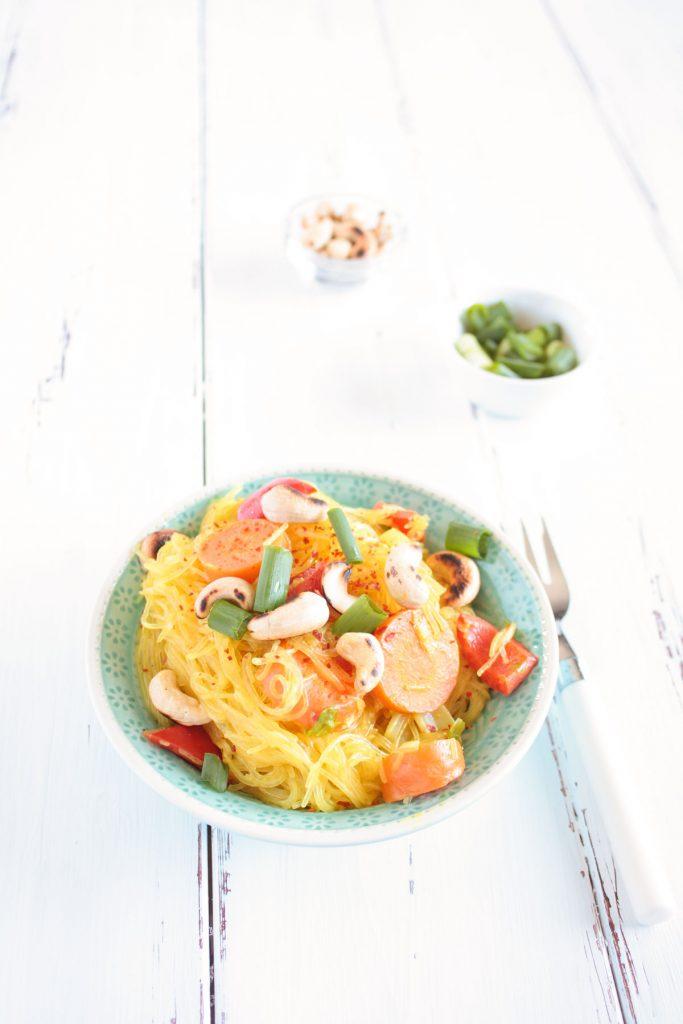 Glutenfreie Glasnudeln mit Gemüse: ein super schnelles und einfaches Gericht! Besonders lecker mit Chilli und gerösteten Nüssen. Die Rezptkarte gibts auf dem Blog zum download!