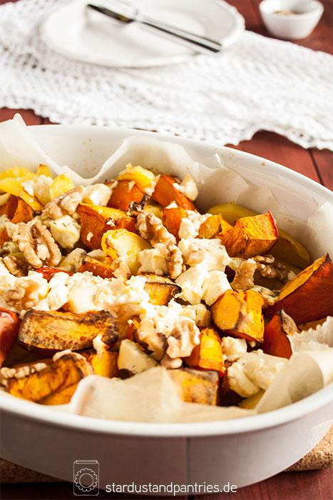 Ofenkürbis mit Kartoffeln, Rosmarin und Feta! Ein einfaches und leckeres Gericht, macht schön satt und warm bei schmuddeligem Wetter!