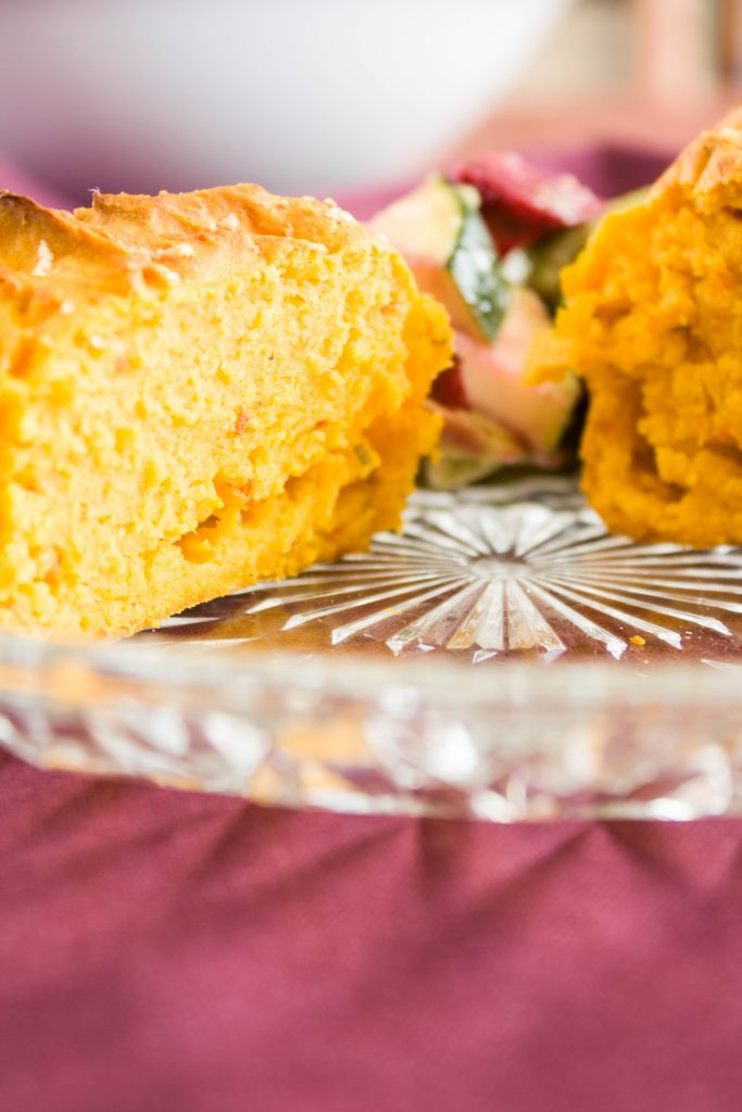 Salzige Kürbis Muffins mit Rosmarin und Parmesan. Eine leckere und farbenfrohe Beilage zum Salat oder zur Suppe!
