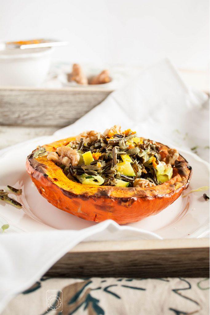 Perfekt für kühle Herbst- und Wintertage: vegan gefüllter Kürbis mit Ingwer und Kurkuma! Sehr einfaches Rezept mit Rezeptkarte zum Herunterladen!