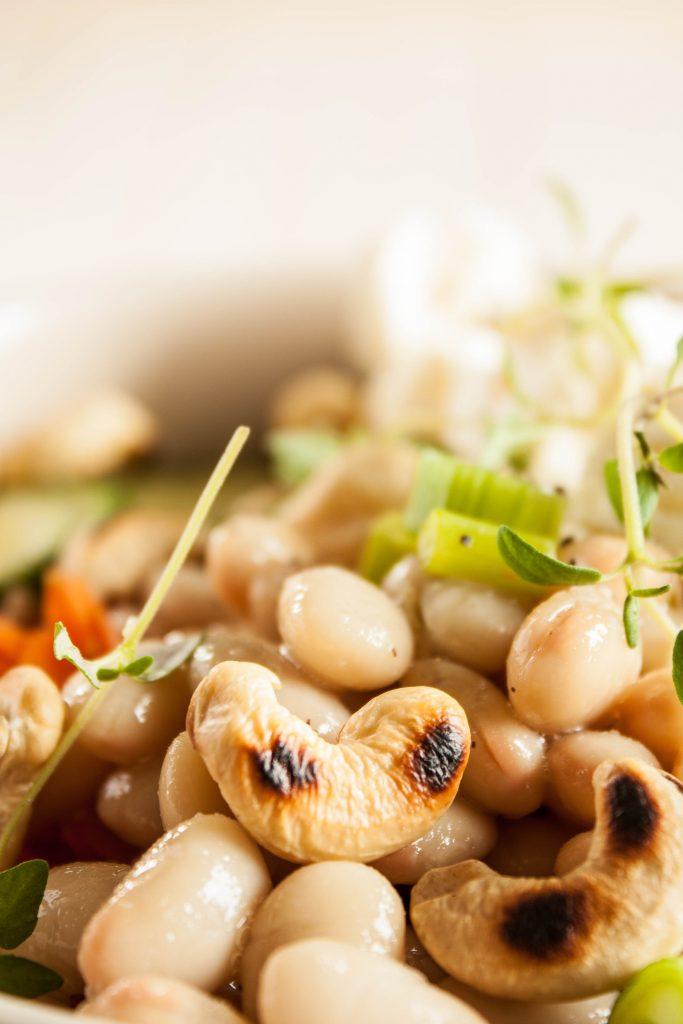 Happy Bowl mit weißen Bohnen, Karotten, wuerzigem Feta und frischen Kräutern. Schnell gemachtes und leckeres vegetarisches und glutenfreies Mittagsessen / Abendessen! Die Rezeptkarte gibt es zum runterladen auf dem Blog