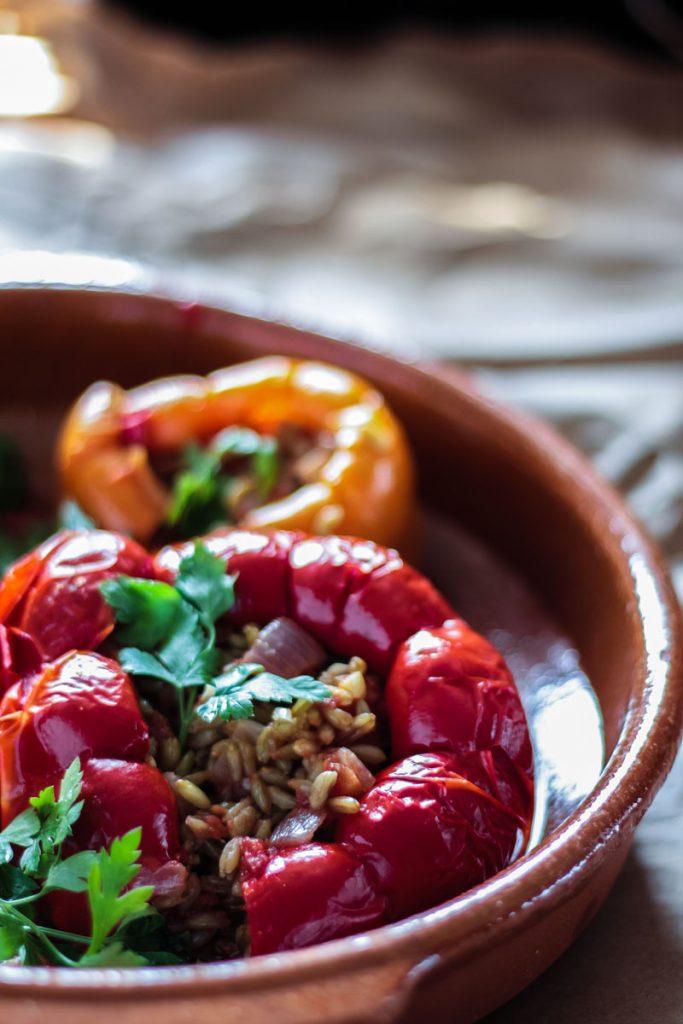 Vegan gefüllte Paprika - comfort food! Paprika gefüllt mit Grünkern.