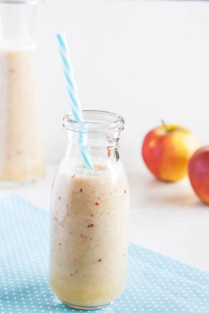 Veganer Apfel Bananen Smoothie mit Ingwer stärkt das Immunsystem und ist ein leckerer Snack für Zwischendruch oder ein leckeres und schnelles Frühstück!