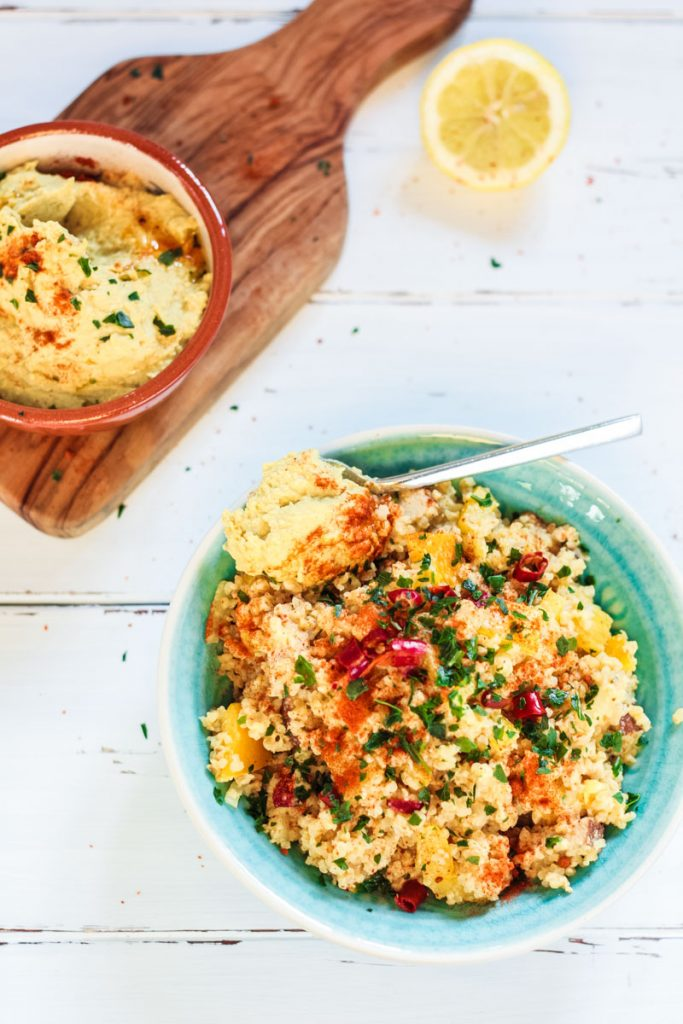 Veganer würziger Bulgur Salat mit Hummus und Räuchertofu. Sehr leckerer herzhafter Salat!