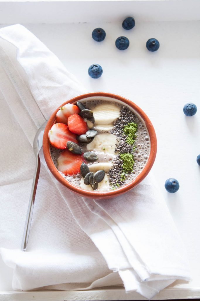 Heidelbeeren Smoothie Bowl, vegan und glutenfrei mit Superfood Topping!