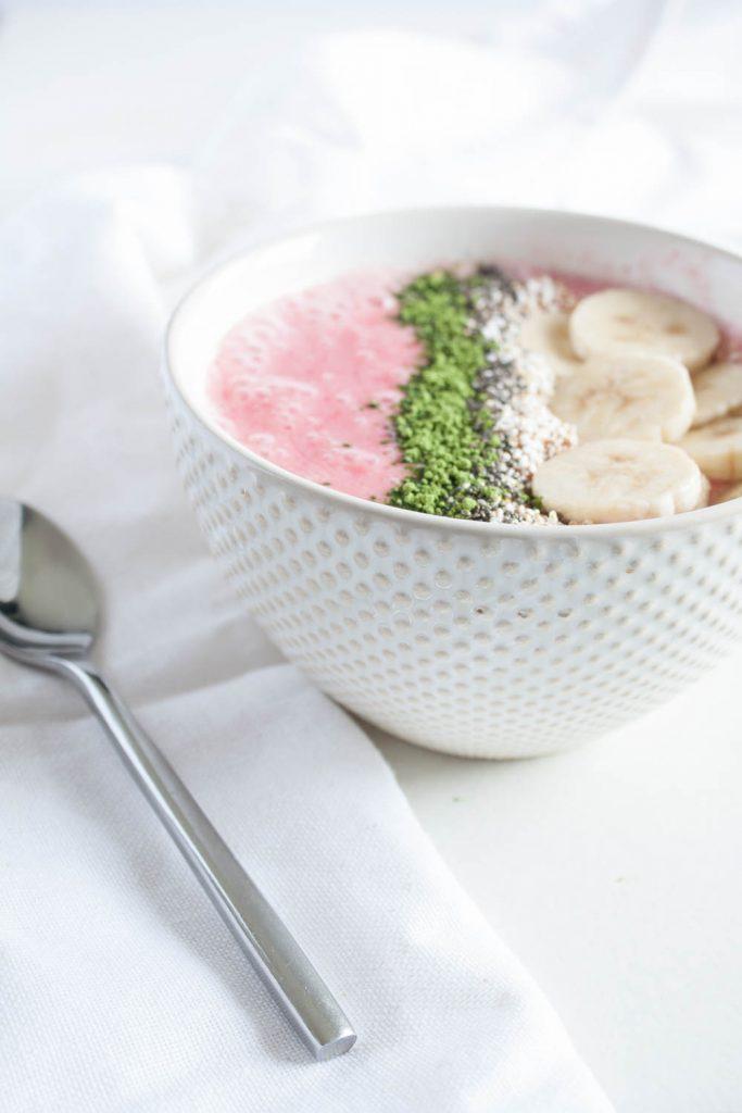 Vegane Himbeeren Smoothie Bowl: das leckere und gesunde Frühstück. Mit Superfood Topping. Fertig in 5 Minuten!