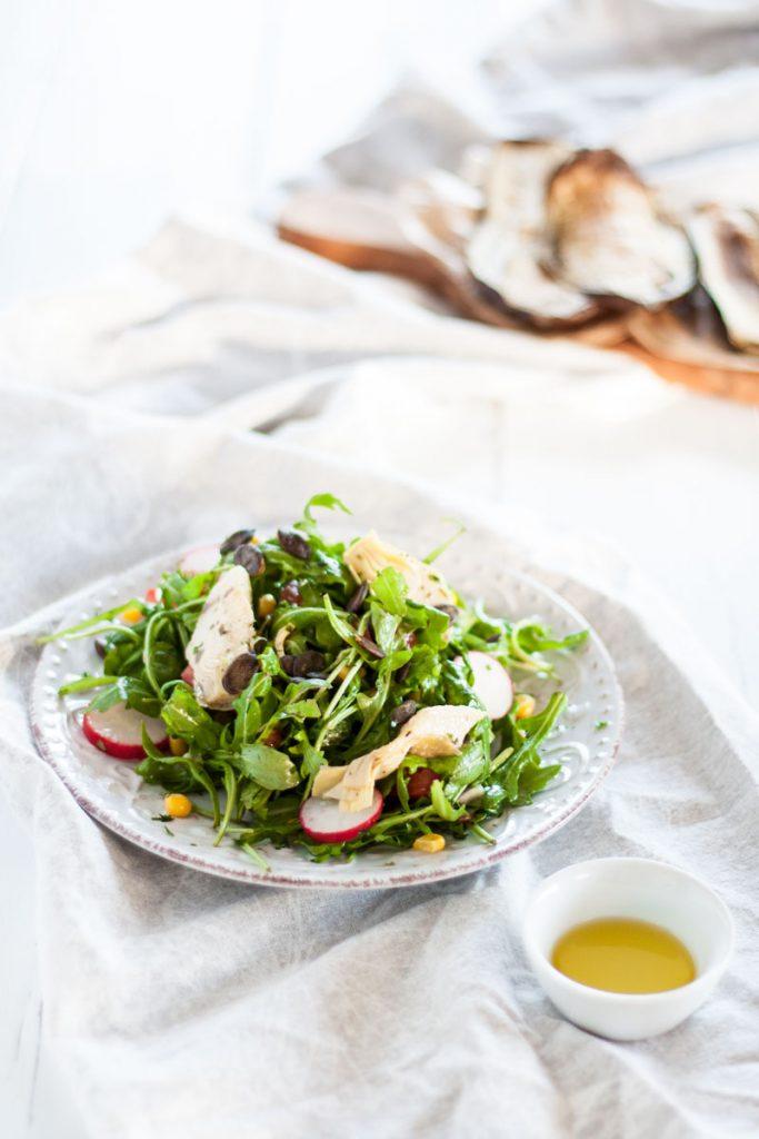 Mediterraner Rucola Basilikum Salat mit gerösteten Auberginen. Super leckerer mediterraner Salat. Perfektes Abendessen für heiße Sommertage. Passt super zum Grillfest