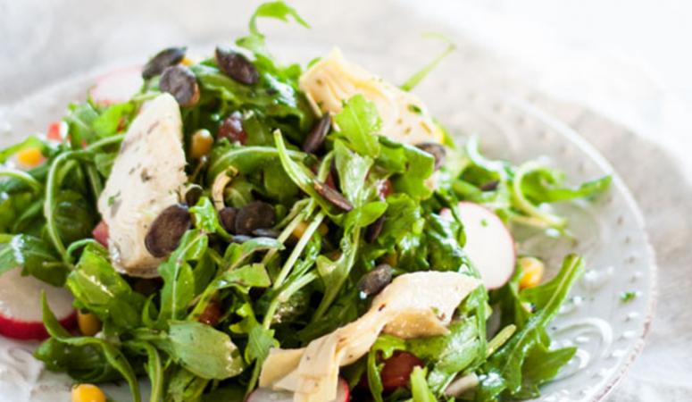 Veganer mediterraner Rucola Salat mit Artischoken