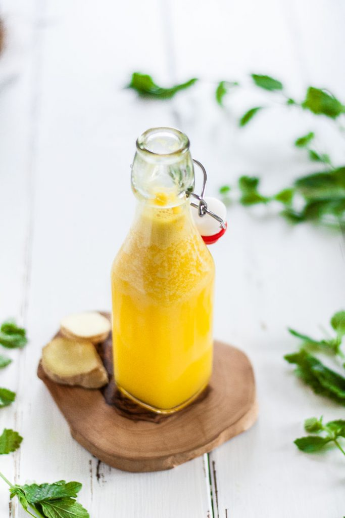 Zuckerfreie Ingwer Zitronen Ananas Limonade kannst du ganz einfach selber machen. Das Limonaden Rezept ist eine gesunde Erfrischung im Sommer und eine cleane Alternative zu fertigen Limonaden.