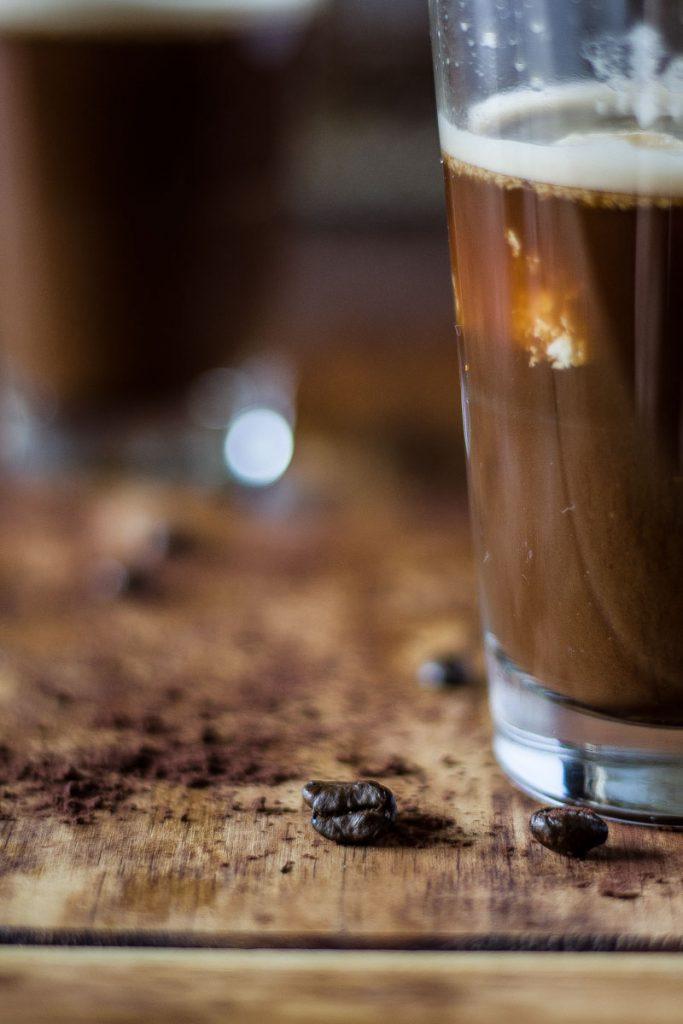 Veganer Kokos Eiskaffee für einen leckeren Coffeinkick am Nachmittag! Schnell gemachter Eiskaffee mit wenigen Zutaten mit feiner Kokos Note.