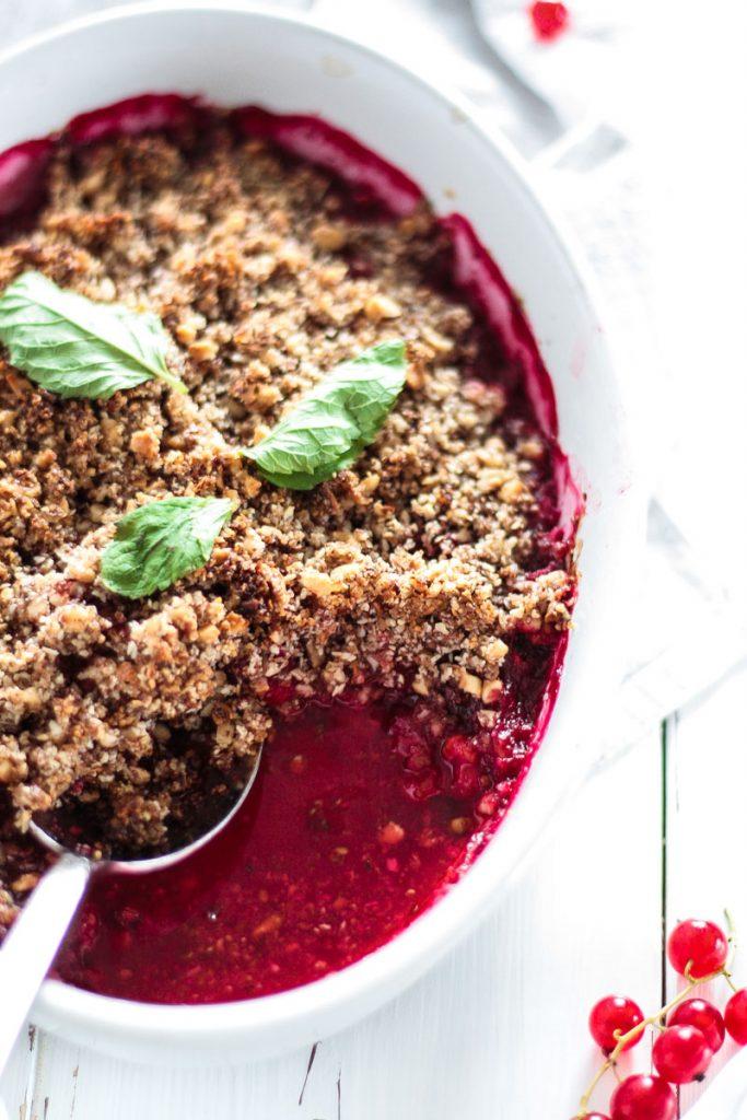 Fruchtig süße Johannisbeer Streusel mit Himbeeren sind das ideale Sommer Dessert. Die knusprigen Streusel schmecken fruchtig süß und sind vegan, glutenfrei und super einfach zu machen!