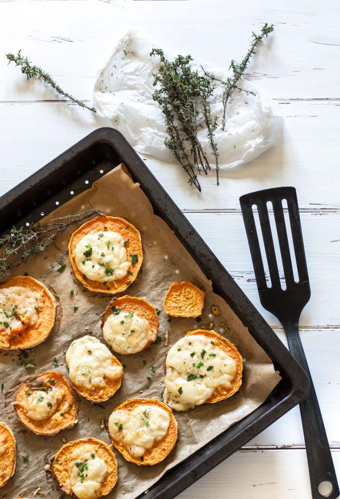 Süßkartoffel Rezept: überbackene Kräuter Süßkartoffeln sind ein leckerer Snack oder ein sättigender Zusatz zum Salat!