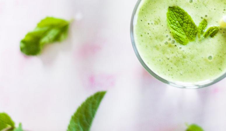 Veganer grüner Mango Smoothie mit Minze