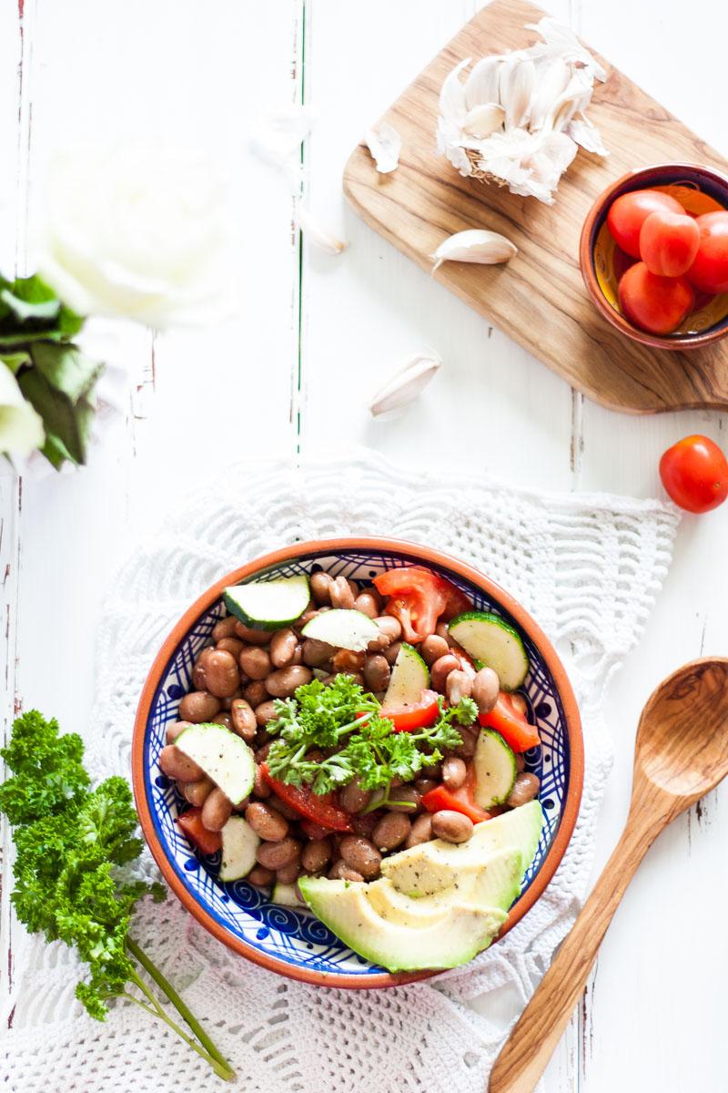 veganer und glutenfreier bohnensalat als schnelles abendessen. Black Bedroom Furniture Sets. Home Design Ideas