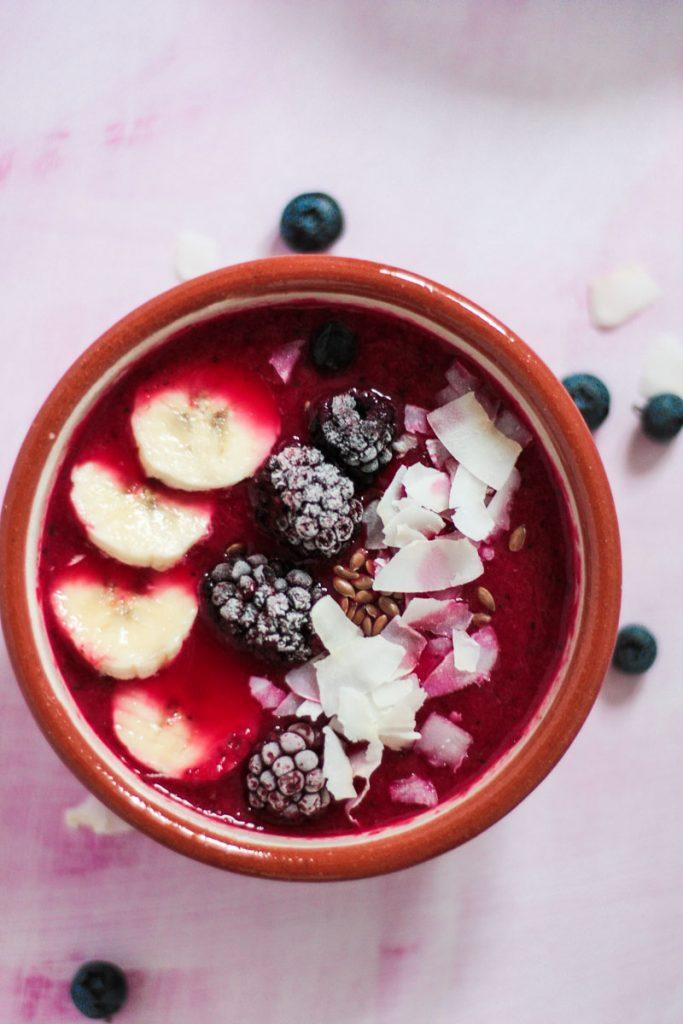Vegane rote Beete Smoothie Bowl mit Melone und Mango schmeckt fruchtig sommerlich! Ein gesundes, leckeres und farbenfrohes Frühstück - perfekt für's Wochenende! #Smoothiebowl #Smoothie #rotebeete