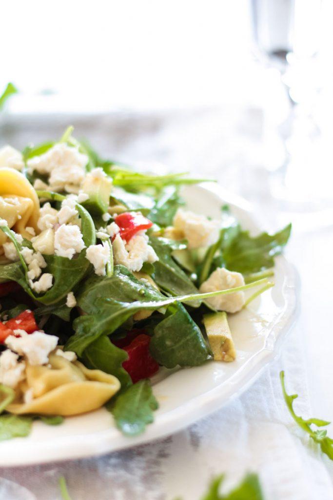 Vegetarischer Tortellini Rucola Salat mit Senf Dressing ist das ideale Picknick-Essen. Schnell zubereitet und einfach lecker! Gesundes Abendessen.