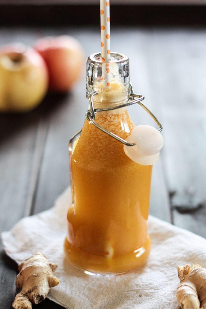 Frischer Apfelsaft mit Ingwer, Fenchel und Orange versorgt dich mit super vielen Nährstoffen und bringt dich gesund und fit durch den Herbst und Winter!