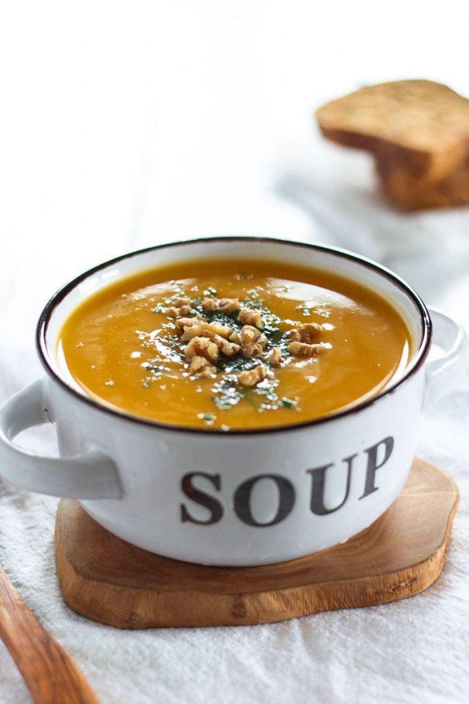 Super einfache vegane Suppe aus Butternusskürbis und Pastinaken - in nur 30 Minuten fertig