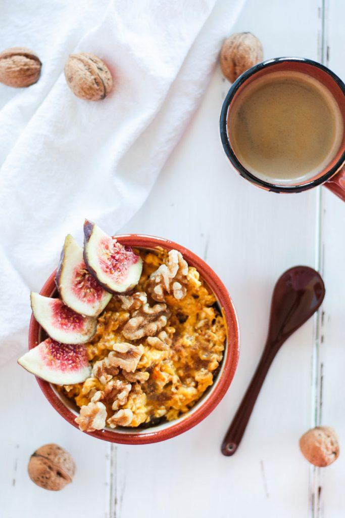Zuckerfreie und vegane Pumkin Pie Overnight Oats sind ein sattmachendes und gesundes Frühstück - so kannst du in den Tag starten! #Overnightoats #Haferflocken #Frühstück #vegan