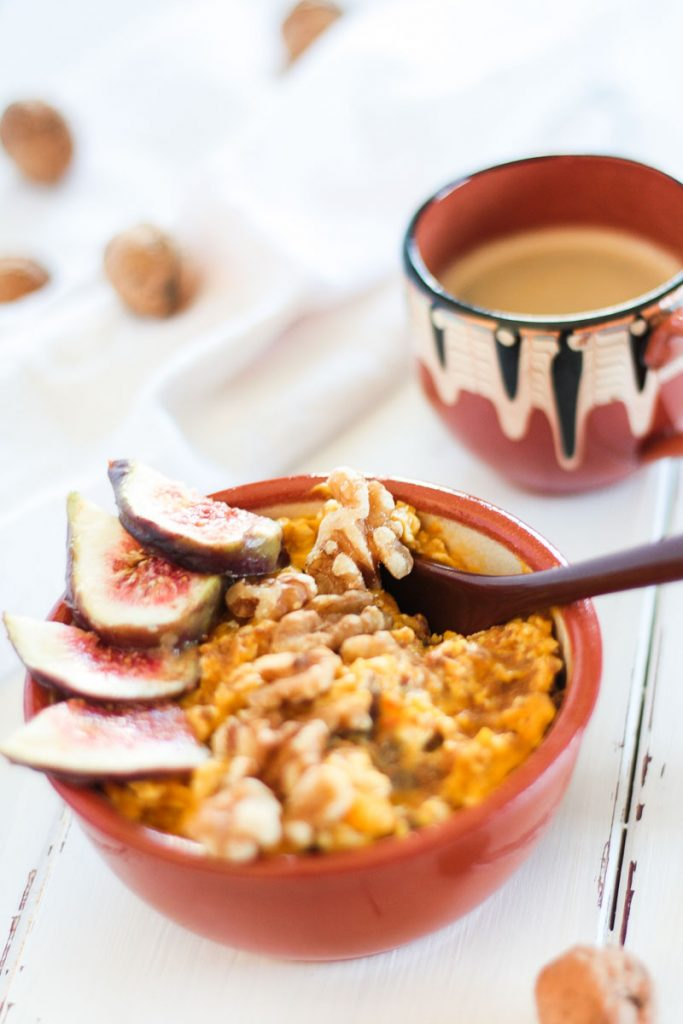 Zuckerfreie und vegane Pumkin Pie Overnight Oats sind ein sattmachendes und gesundes Frühstück - so kannst du in den Tag starten!