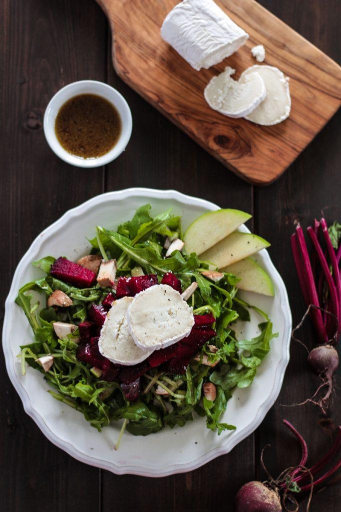 Herbstlicher rote Beete Salat mit herzhaftem Ziegenkäse und fruchtigen Apfelscheiben macht satt und versorgt dich mit vielen Vitaminen! Gesund essen kann so lecker und einfach sein! #Salat #vegetarisch #roteBeete