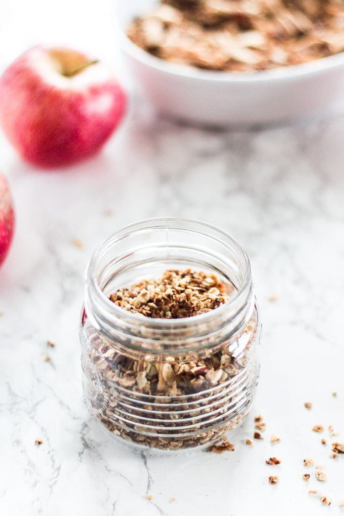 Veganes Apfel-Zimt-Granola aka Knuspermüsli kann ganz einfach und schnell selbst gemacht werden! Es benötigt wenige Zutaten und ist frei von raffiniertem Zucker! #Granola #Knuspermüsli #Apfel-Zimt