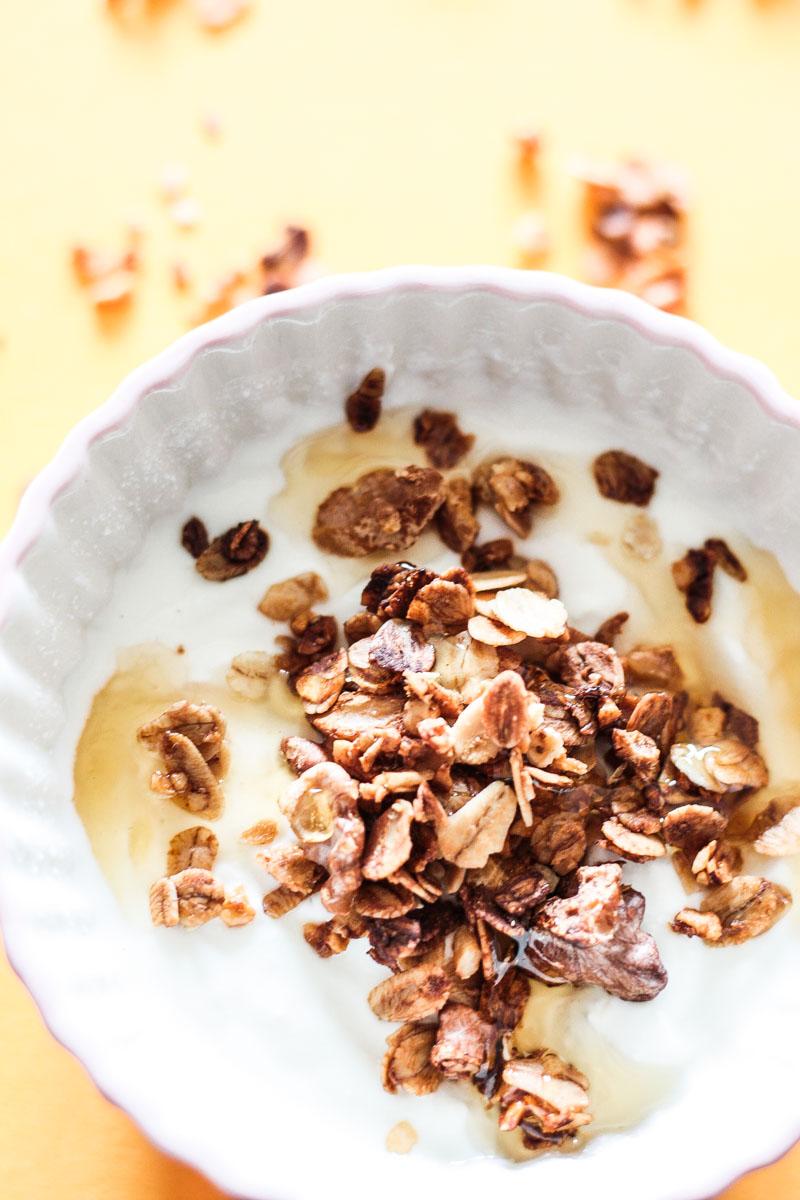 Selbstgemachtes Honig-Nuss-Granola benötigt wenige Zutaten und ist schnell gemacht! Ein leckeres Frühstück oder süßes Mitbringesel! #Granola #selbstgemacht #Knuspermüsli #Honig #Frühstück #Geschenk