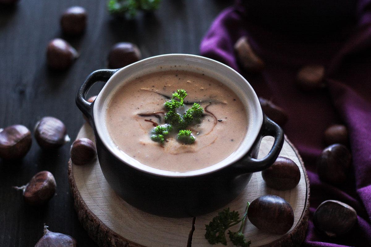 Einfache vegane Maronensuppe mit Süßkartoffel - ein leckeres Soulfood Gericht für kühle Herbstabende! Eine gesunde Suppe für einen gemütlichen Abend zu Zweit oder was feines für Gäste! #Maronensuppe #Maronen #Kastaniensuppe #Suppe #Soulfood #vegan