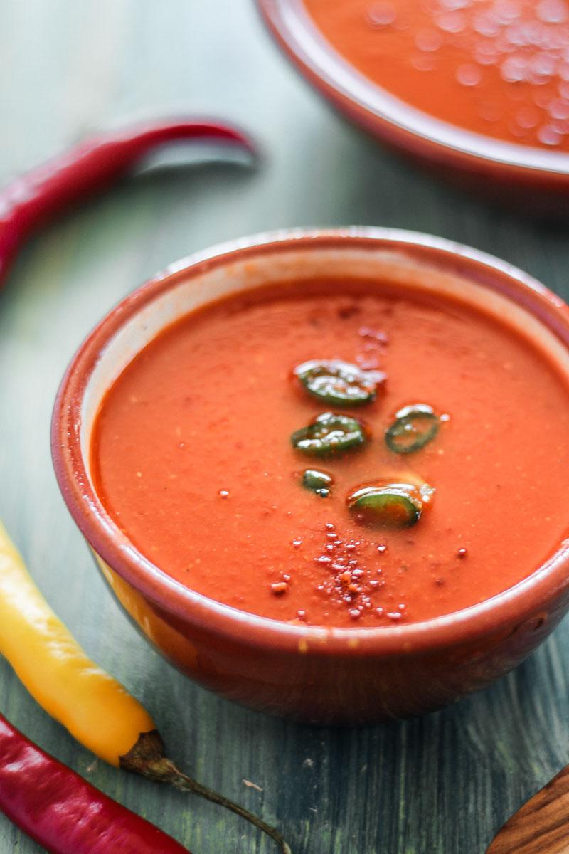 Super schnelle vegane Paprikasuppe mit feiner Schärfe. Die Suppe ist nach nur 15 Minuten fertig und genau das Richtige nach einem langen Tag! #Suppe #vegan #Soulfood #veganesuppe #lowcarb