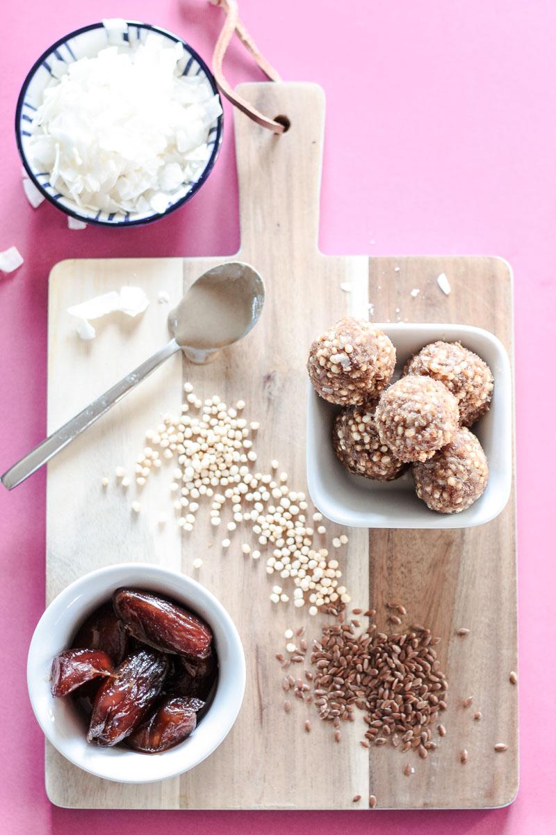Glutenfreie, vegane und zuckerfreie Enegry Balls benötigen nur 5 Zutaten und sind ein gesunder und sättigender Snack. Perfekt für Unterwegs, für's Büro oder als kleines Dessert! #Energyballs #vegan #zuckerfrei #glutenfrei #Snacks #cleaneating