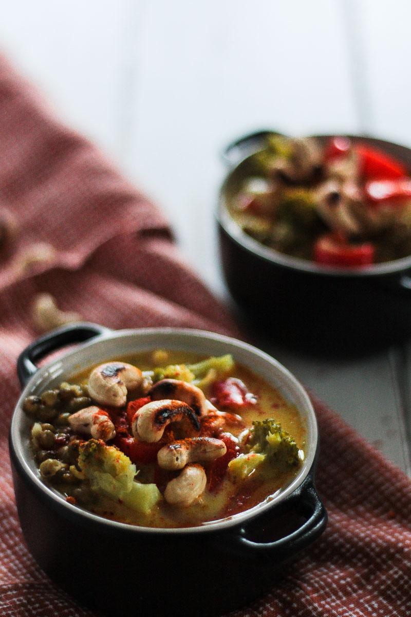 Ein veganes und glutenfreies 30-Minuten Curry mit viel Gemüse und Mungobohnen. Schnell, einfach und gesund. #Curry #vegan #glutenfrei #schnell #Soulfood