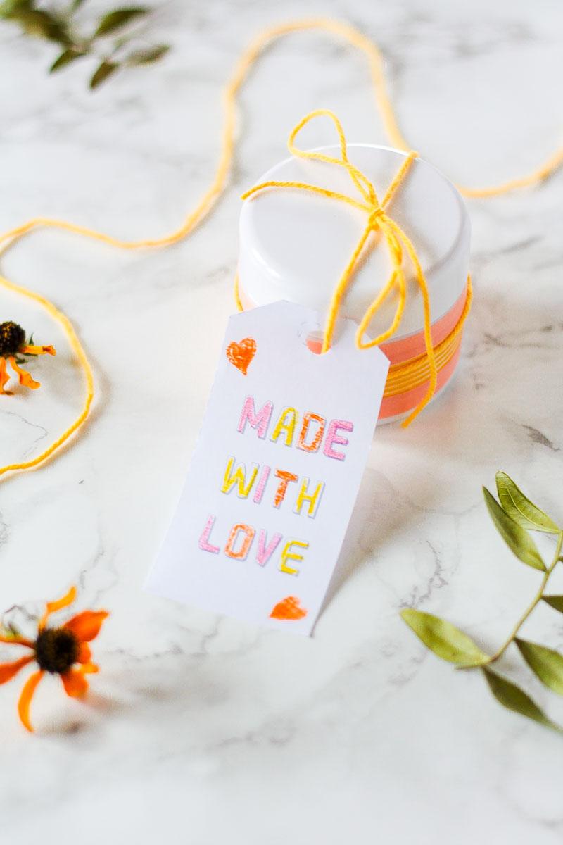 Lippenpeeling selber machen ist ganz einfach und macht ein hübsches Geschenk! #Lippenpeeling #Naturkosmetik #DIY #DIYNaturkosmetik #Geschenk