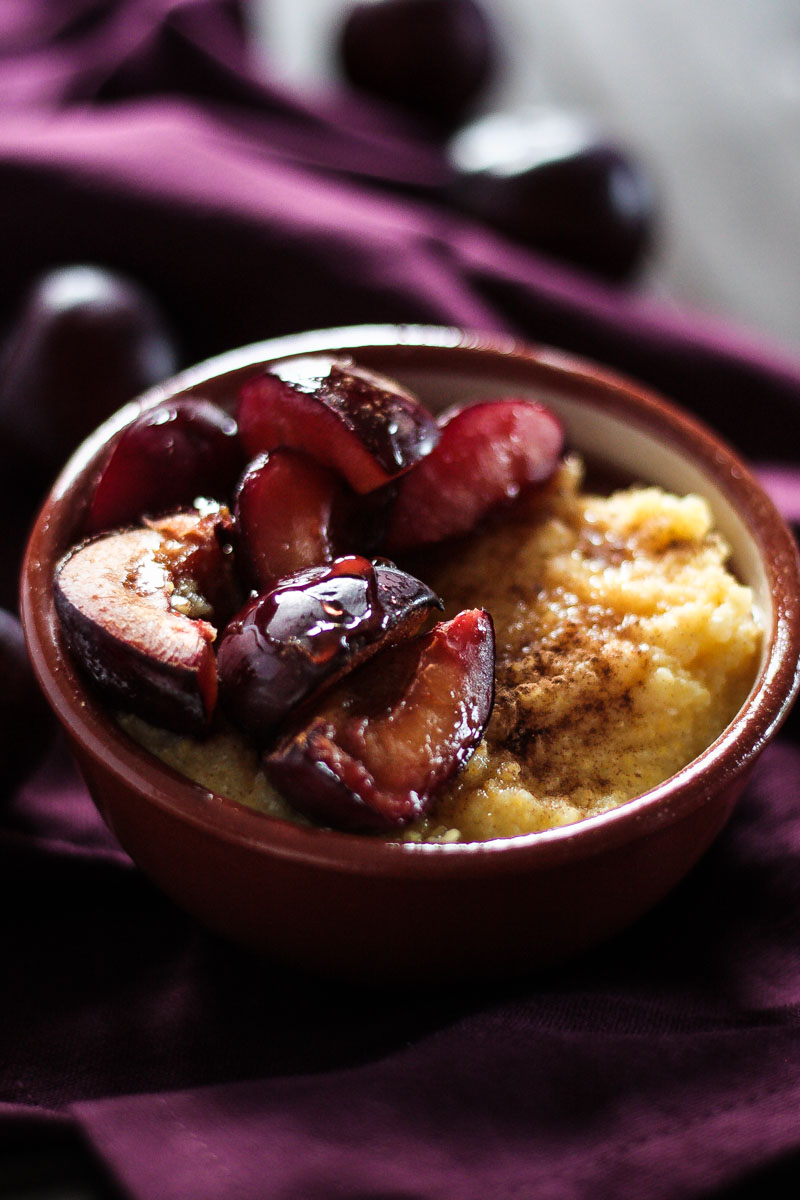 Veganes und glutenfreies Polenta Porridge mit gebackenen Pflaumen ist eine leckere Alternative zu Haferbrei/ Porridge mit Haferflocken. Ein sättigendes und gemütliches Frühstück. #Frühstück #Porridge #Polenta #Pflaumen #Vgean #Glutenfrei