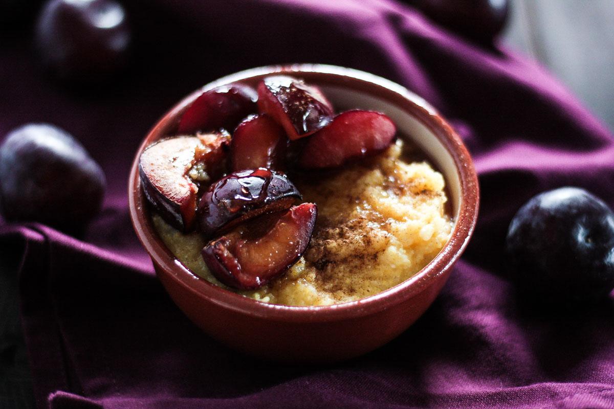 Veganes und glutenfreies Polenta Porridge mit gebackenen Pflaumen ist eine leckere Alternative zu Haferbrei/ Porridge mit Haferflocken. Ein sättigendes und gemütliches Frühstück.