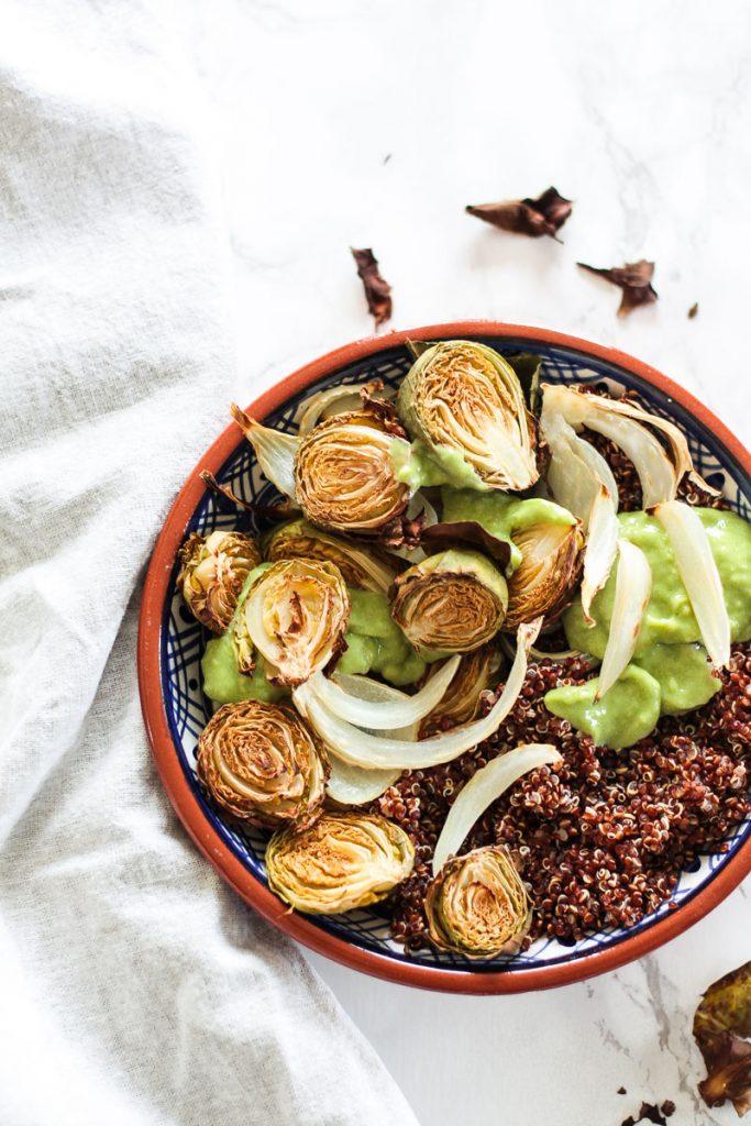 Warmer veganer Rosenkohlsalat mit geröstetem Fenchel und rotem Quinoa. Ein leckerer und gesunder Salat mit cremigem Avocado Dressing. #Salat #vegan #Quinoa #Rosenkohl #Fenchel #Rosenkohlsalat