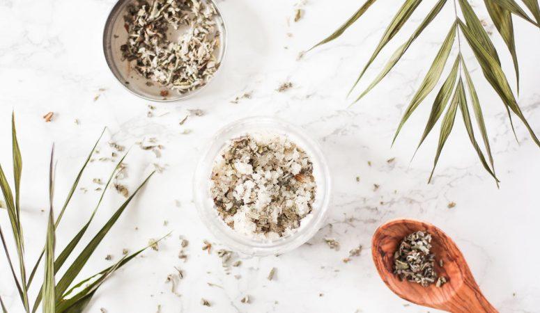 DIY Regenerierendes Körperpeeling mit Salbei und Zedernholzöl (vegan)