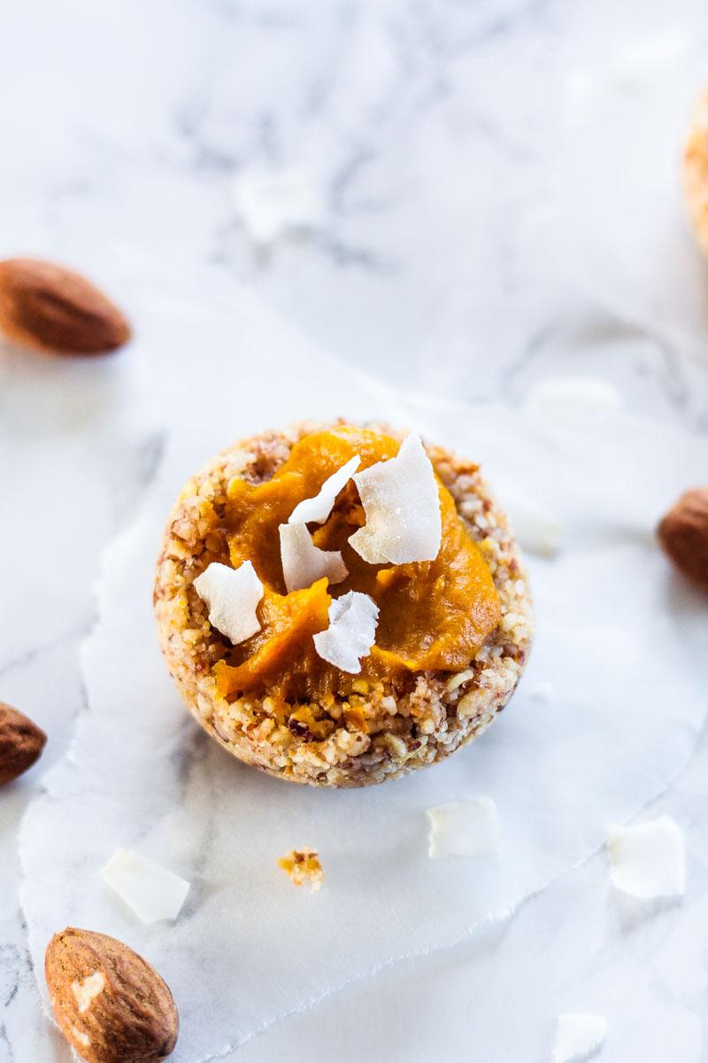 Vegane und glutenfreie No-Bake Mini Kürbis Pies sind super einfach und schnell zuzubereiten. Ein leckerer Abschluss eines festlichen Menüs, ein süßes Mitbringsel oder Geschenk aus der Küche! #NoBake #Vegan #Kürbis #glutenfrei #Christmas #Weihnachten