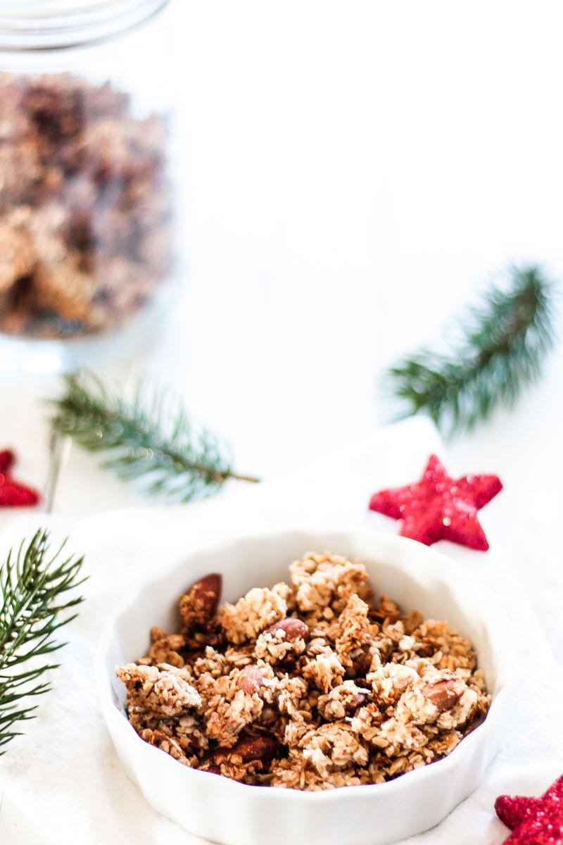 Frühstückszeit! Dieses glutenfreies Lebkuchen Granola duftet weihnachtlich und versüßt dir den Morgen! #Granola #Knuspermüsli #Lebkuchen #Haferflocken #glutenfrei