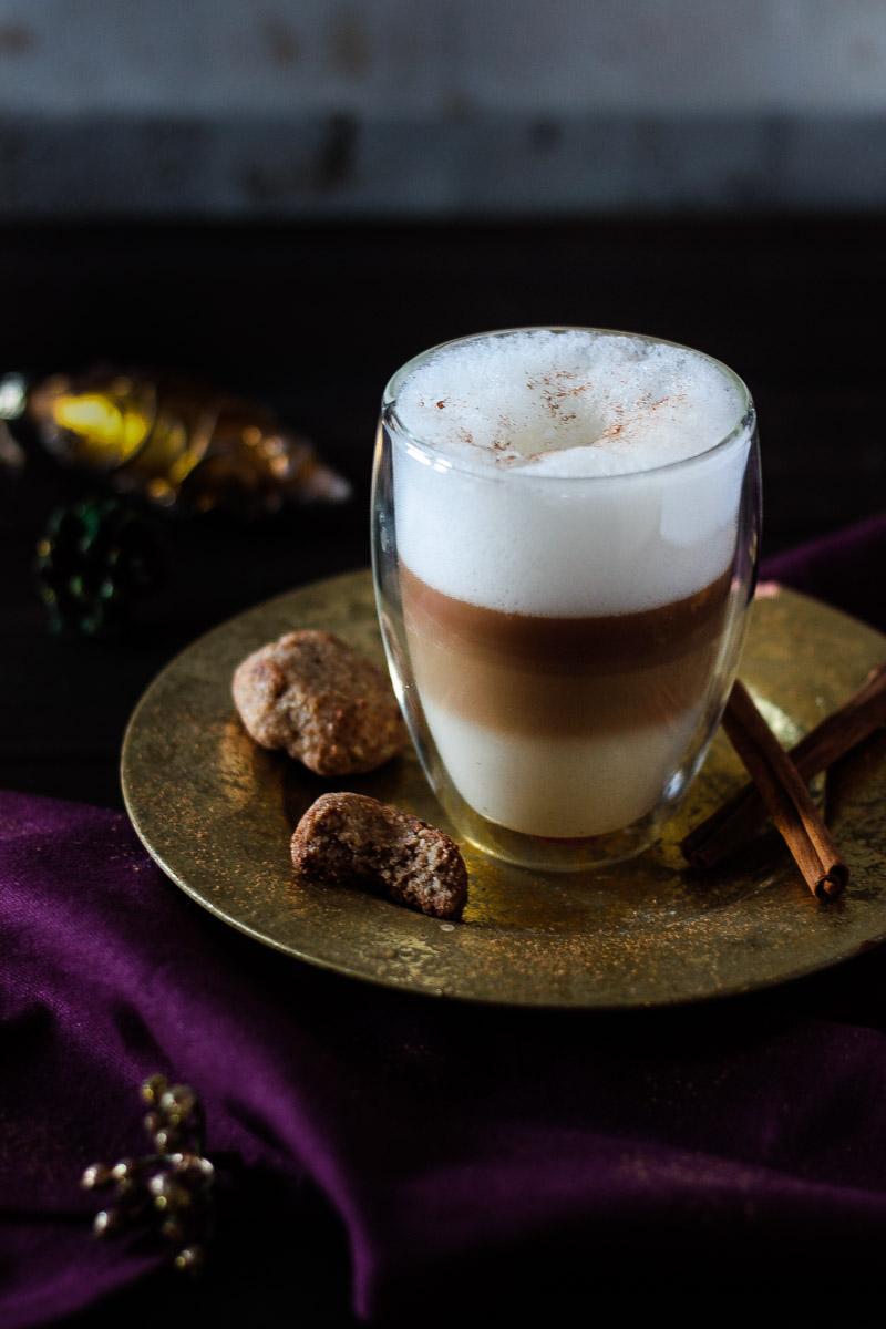 Veganer Lebkuchen Latte mit vielen weihnachtlichen Gewürzen, ganz ohne Zucker. 'zuckerfrei #Lebkuchenlatte #Lebkuchen #Vegan