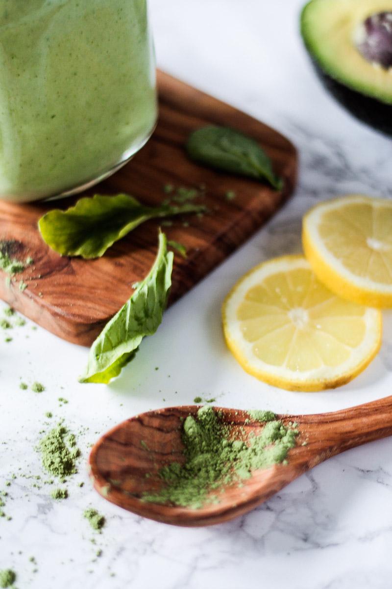 Veganer grüner Smoothie mit Avocado, Blattgemüse und Sellerie versorgt dich mit vielen Vitaminen und Mineralstoffen und eignet sich prima als Snack für Zwischendruch! Grüner Smoothie mit Avocado und Sellerie. #Smoothie #Sellerie #gesund #Vorsätze #vegan