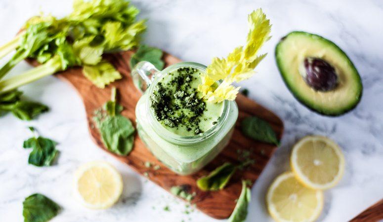 Veganer grüner Smoothie mit Sellerie