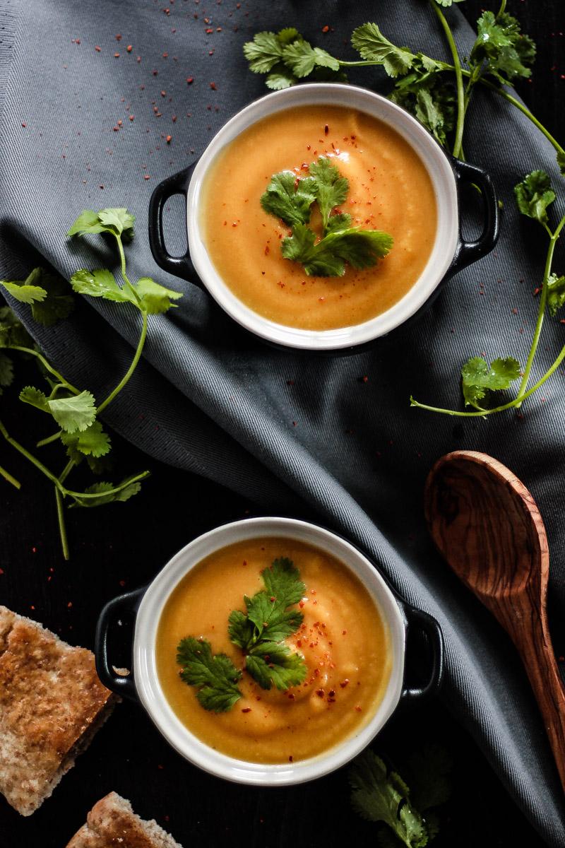 Vegetarisches Thai Style Suppen Rezept: vegane Blumenkohlsuppe ohne Sahne mit würziger Thai Note! Eine schnelle Suppe die du auch unter der Woche zubereiten kannst! #Suppe #Suppenrezept #Blumenkohl