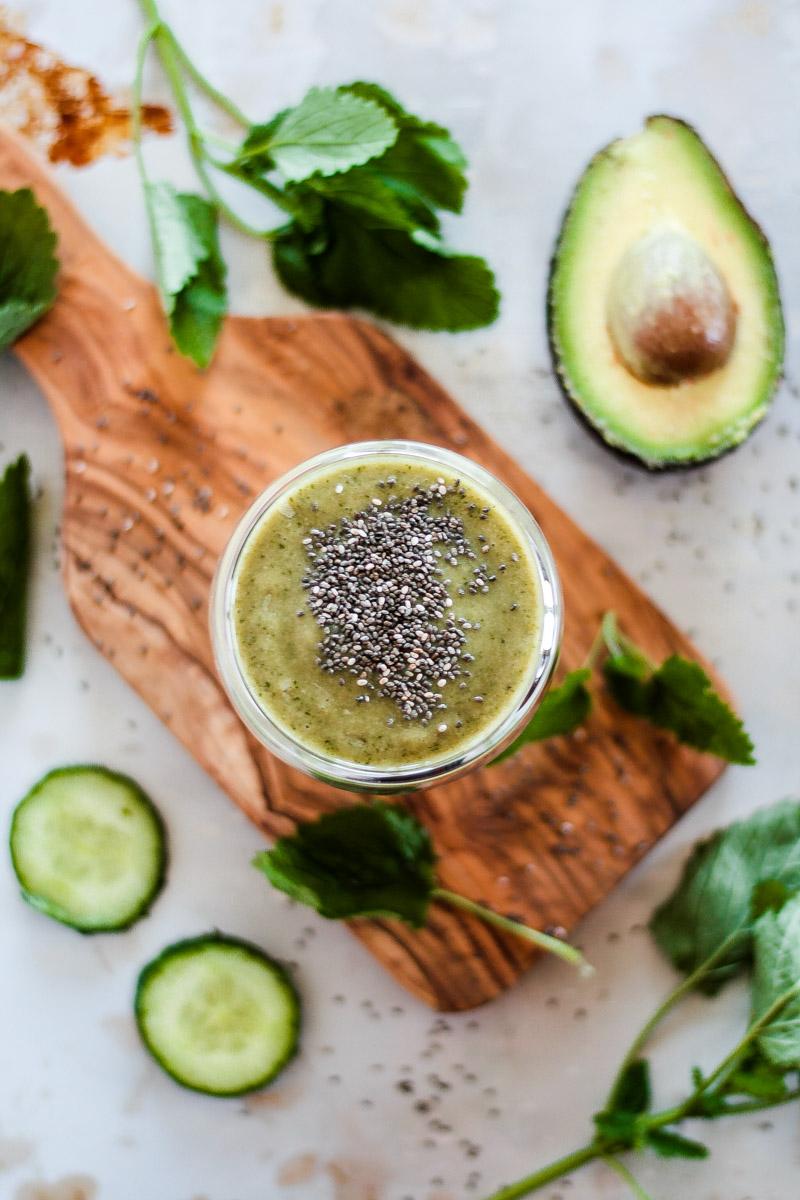 Ein veganer grüner Smoothie mit Chia Samen schützt Harz und Gefäße und macht schöne Haut! Chia Samen sorgen für extra Proteine. #grünersmoothie #vegan #smoothie