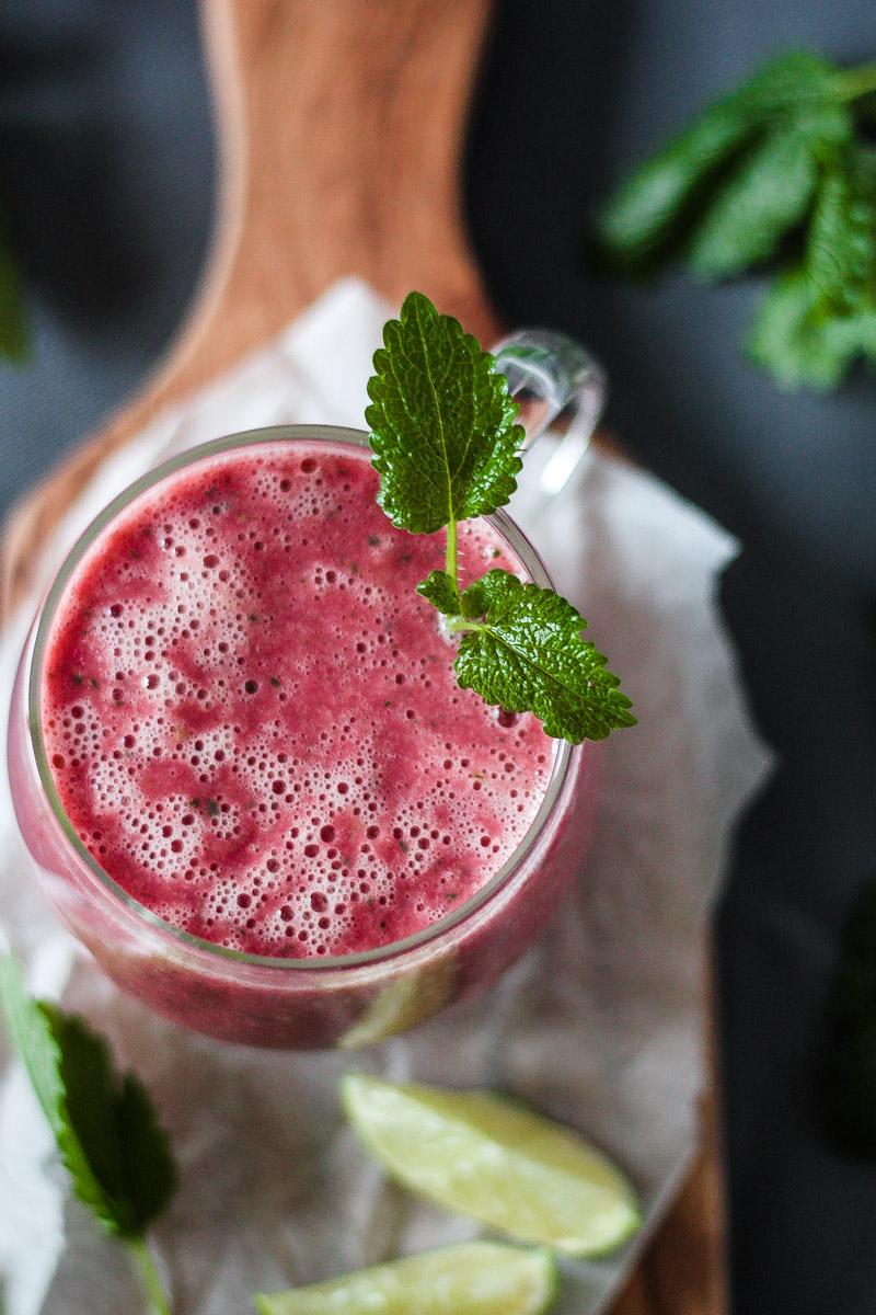 Veganer Pink Power Smoothie mit roter Beete und Ananas für einen vitaminreichen Start in den Tag oder Snack! #Smoothie #vegansmoothie #rotebeete #rotebeetesmoothie