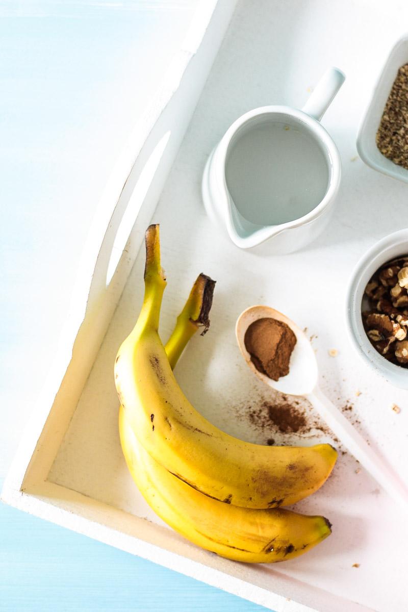 Gesundes und wärmendes Bananenbrot Porridge mit glutenfreien Haferflocken, veganer Milch und ohne Zucker. Für alle die sich morgens nach einem warmen Frühstück sehnen! #vegan #porridge #bananenbrot #frühstück