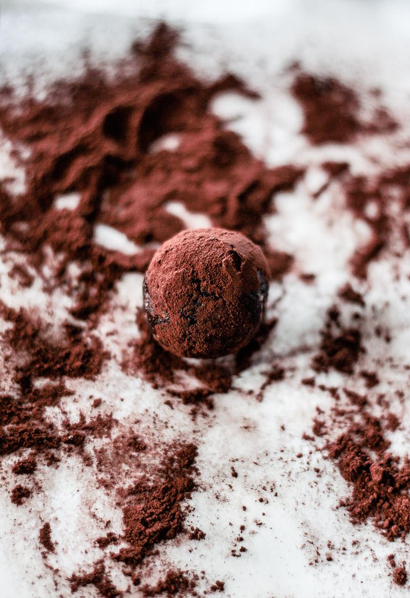 Gesunde und vegane Schokoladen-Trüffel / Pralinen ohne Zucker sind prima für alle Naschkatzen unter uns oder als kleine Aufmerksamkeit für unsere Lieben! #Schokoladentrüffel #gesund #vegan #Schokopralinen