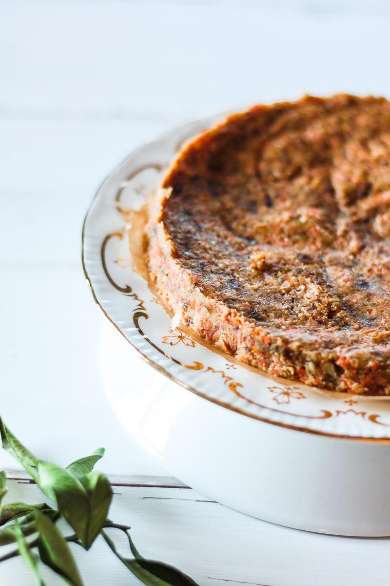 Ein veganes Karottenkuchen Rezept mit Walnüssen, ohne Mehl und mit leckerem Frosting aus Cashews! Der Kuchen ist zudem glutenfrei und natürlich gesüßt!#Karottenkuchen #vegan #veganesfrosting #ostern