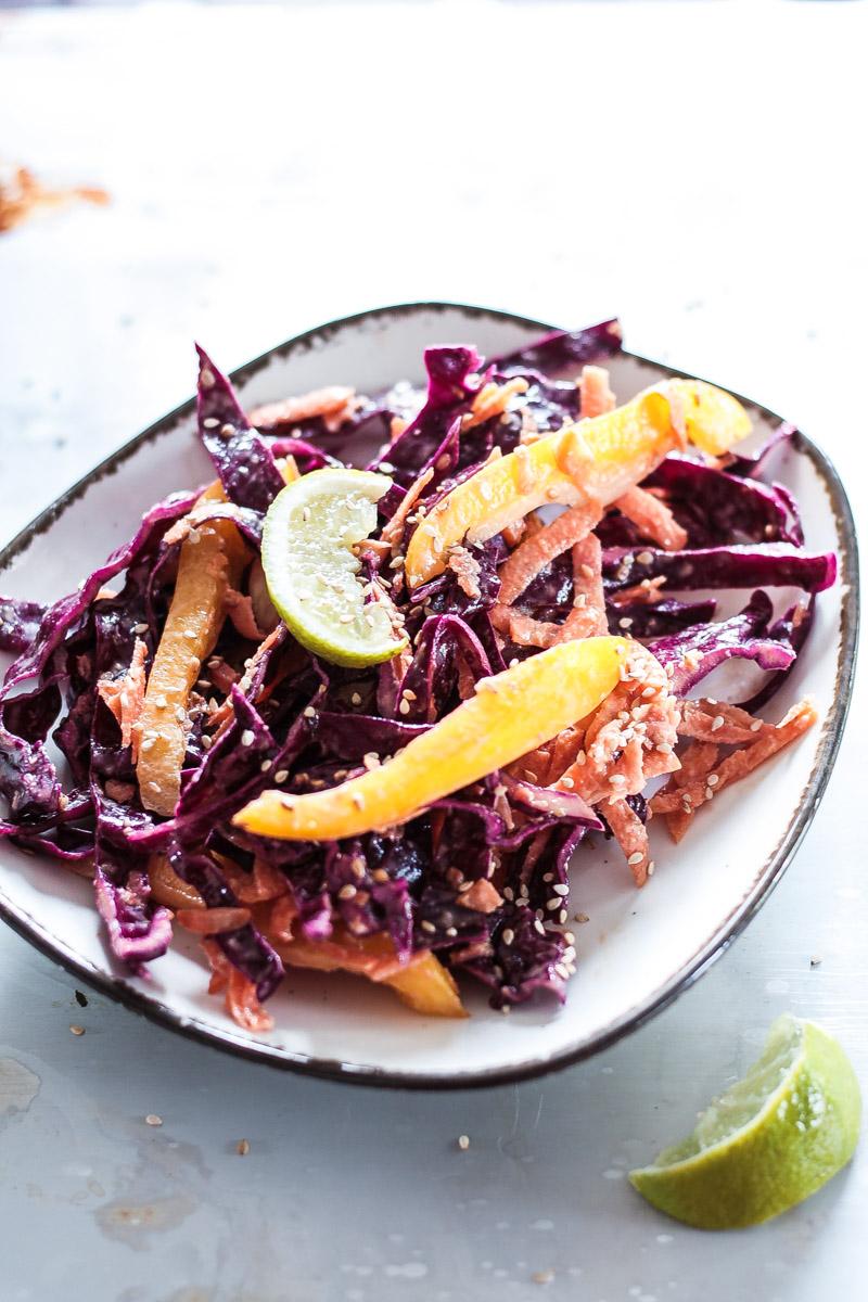 Schneller veganer Karottensalat mit Rotkohl in leckerem Sesam-Dressing. Der Salat ist schnell zubereitet und perfekt als leichtes Abendessen.. #Karottensalat #Sesam #Salat