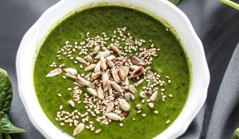 Grüne Suppe mit Spinat und Zucchini