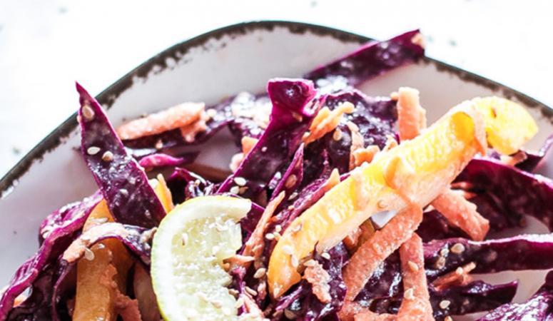 Veganer Karottensalat mit Rotkohl und Sesam-Dresssing